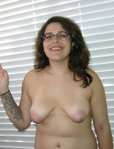 amateur-girl-nude-with-glasses17