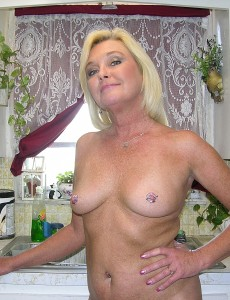 nude-blonde-middleaged-milf-paris141