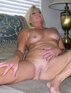 nude-blonde-middleaged-milf-paris31