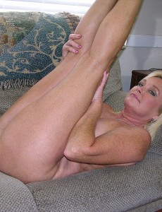 nude-blonde-middleaged-milf-paris41