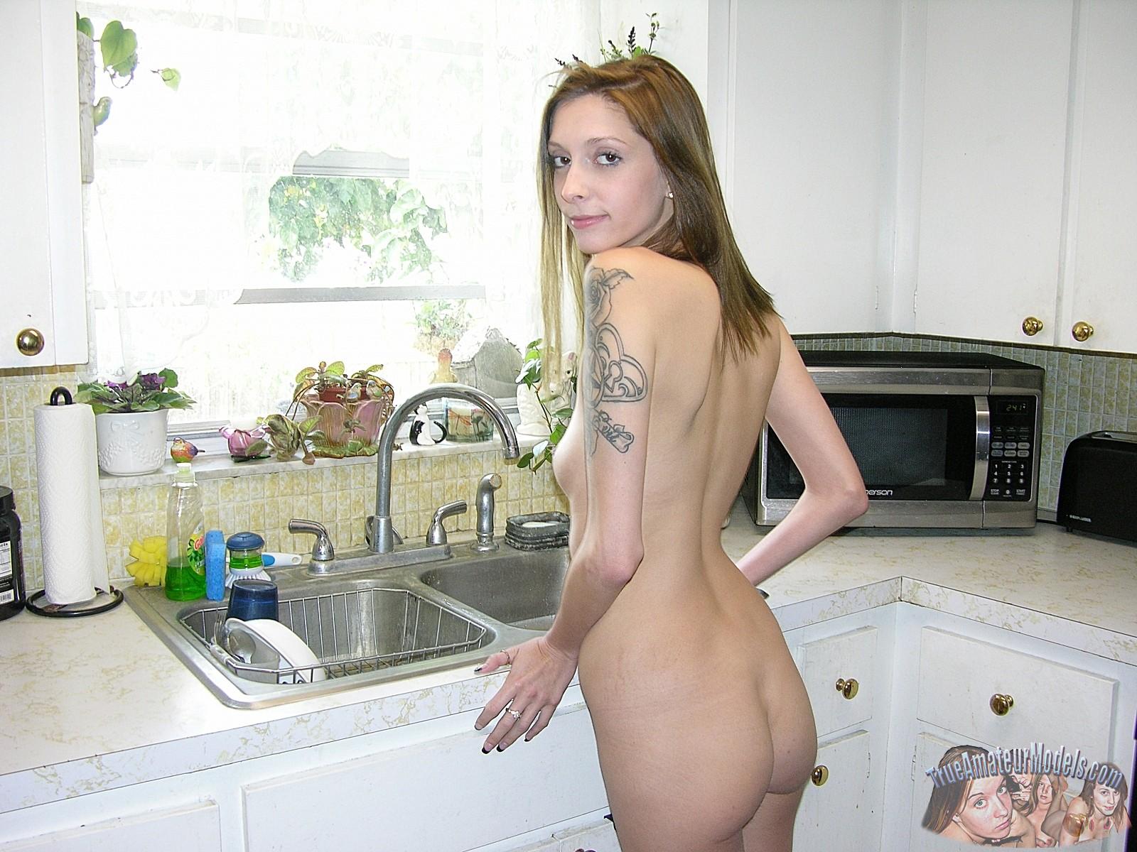 skinny-nude-tattooed-babe-vicki-model13